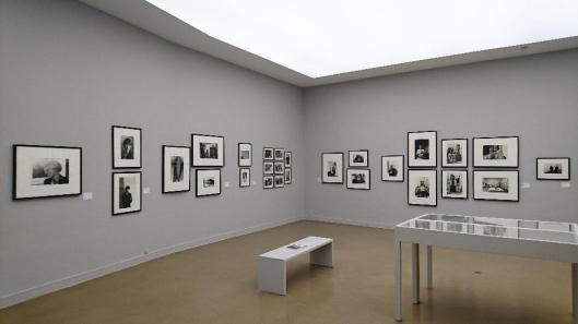 benjamin-katz-exhibition-view-musee-dart-moderne-de-la-ville-de-paris-artdone